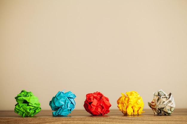 Kreatives ideenkonzept. inspiration, neue idee und innovationskonzept mit zerknittertem papier Premium Fotos