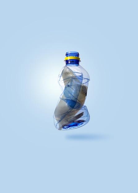 Kreatives konzept durch foto des siegels (spielzeugmodell), das in transparente blaue plastikflasche geklebt wird, mit kopienraum und weicher pastellfarbe getönt. Premium Fotos