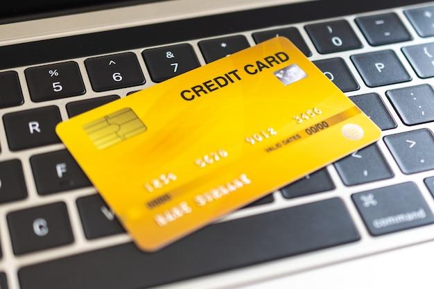 Kreditkarte auf einer computertastatur. internet-kaufkonzept Premium Fotos