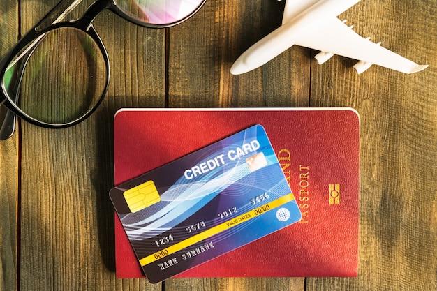 Kreditkarte auf pass auf holzschreibtisch gesetzt, vorbereitung für das reisekonzept Premium Fotos