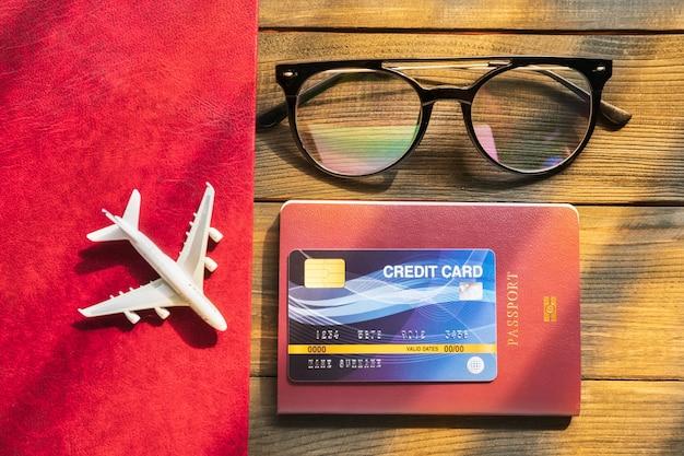 Kreditkarte auf reisepass auf holzschreibtisch vorbereitung für das reisekonzept Premium Fotos