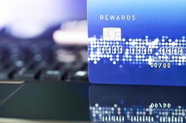 Kreditkarte das bequemlichkeitseinkaufslebenkonzept. e-commerce-einkaufskonzept Premium Fotos