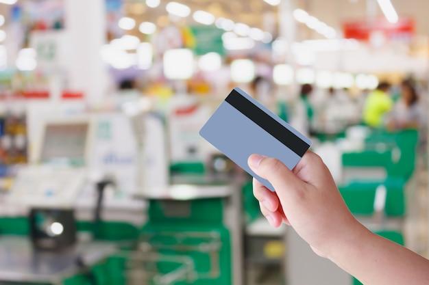 Kreditkarte für einkäufe im supermarkt bezahlen Premium Fotos
