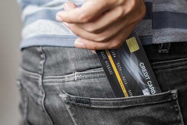 Kreditkarte in der tasche Premium Fotos