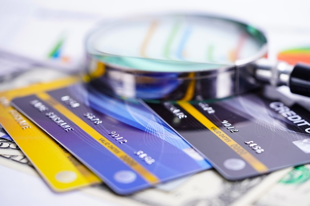 Kreditkarte mit lupe. Premium Fotos