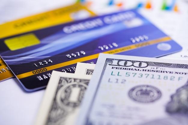 Kreditkarte mit us-dollar-banknoten. Premium Fotos