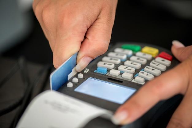 Kreditkarte swiping Premium Fotos