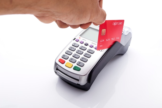 Kreditkarte und pos terminal auf weiß Premium Fotos