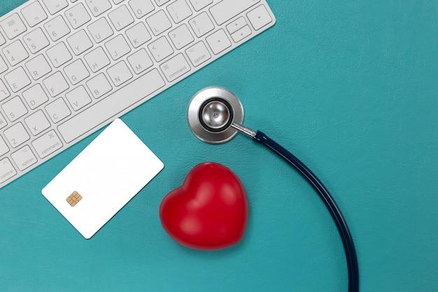 Kreditkarte und stethoskop mit rotem herzen Kostenlose Fotos