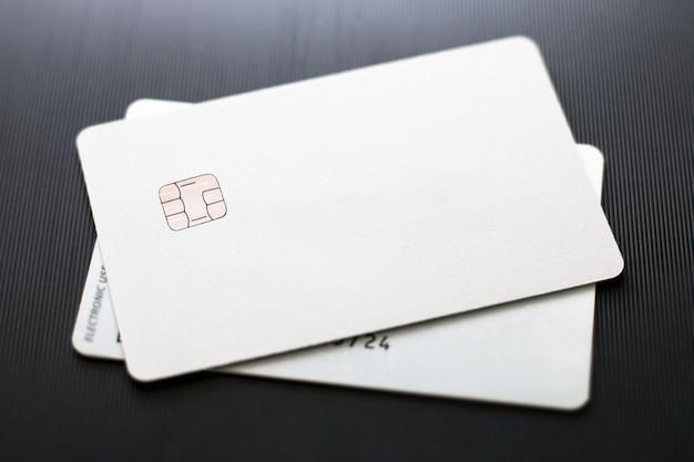 Kreditkarten auf schwarzer oberfläche Premium Fotos