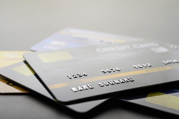 Kreditkarten, die auf dem boden gestapelt sind Kostenlose Fotos