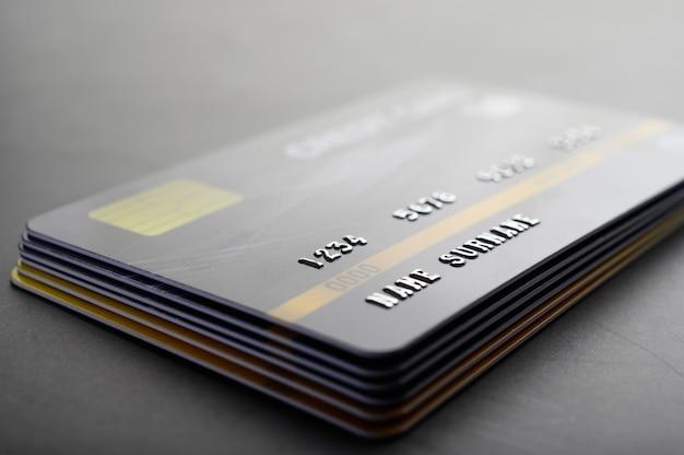 Kreditkarten, die ordentlich gestapelt sind Kostenlose Fotos