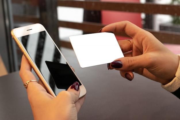 Kreditkarten zahlung. geld im smartphone. bankgeldkonzept. Premium Fotos