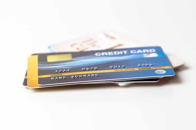 Kreditkartenmodell auf weiß Premium Fotos