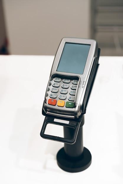Kreditkartenzahlungsterminal in einem shop Premium Fotos