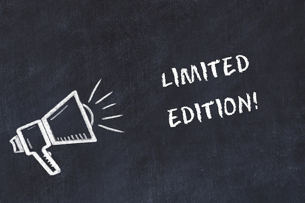 Kreidetafelskizze mit lautsprecher und handschriftlichem kurzmotto Premium Fotos