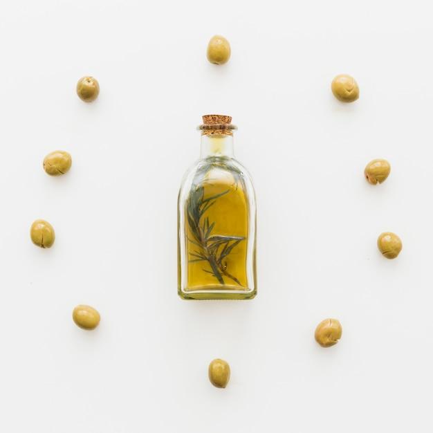 Kreis der oliven und der flasche öl Kostenlose Fotos