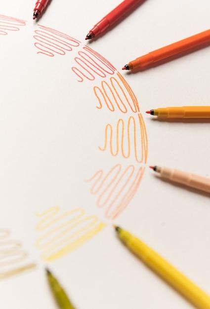 Kreis mit verschiedenen bunten strichen gemalt mit markierungen auf weißem papier. farbverlauf der bunten striche. kopieren sie platz für logo, werbung Kostenlose Fotos