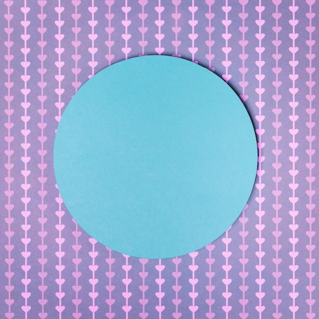 Kreisrahmen des blauen papiers auf purpurrotem herzformhintergrund Kostenlose Fotos