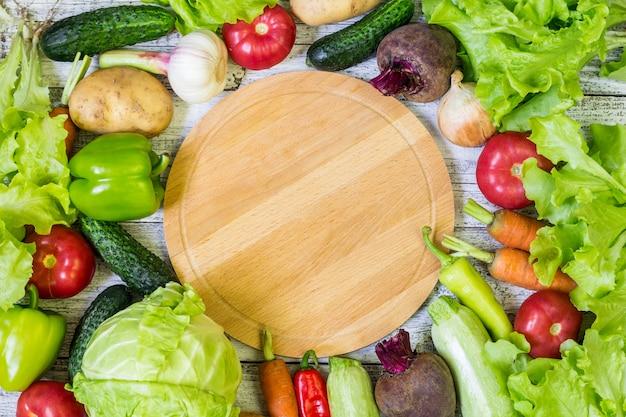 Kreisschneidebrett und gemüse. gesundes essen. hintergrund copyspace Premium Fotos