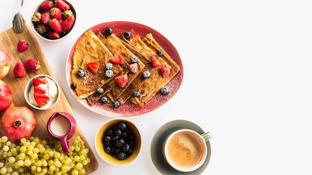 Krepp mit gesundem frühstück und kaffee über weißem hintergrund Kostenlose Fotos