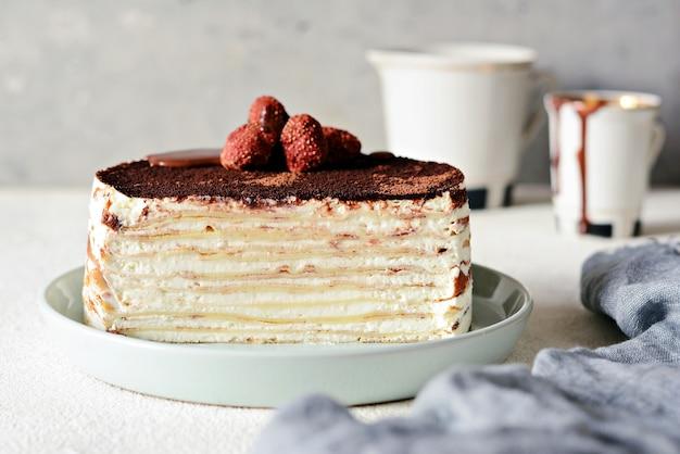 Kreppkuchen aus dünnem krepp mit buttercreme, kakao, schokolade Premium Fotos