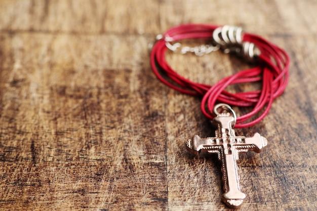 Kreuz symbol lederhalskette Premium Fotos