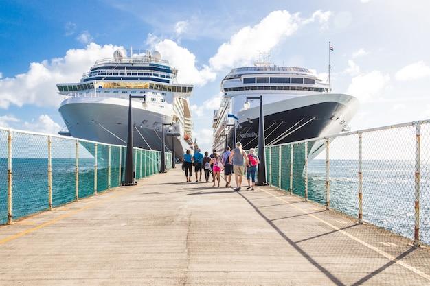 Kreuzfahrtpassagiere kehren zum kreuzfahrtschiff zurück Premium Fotos