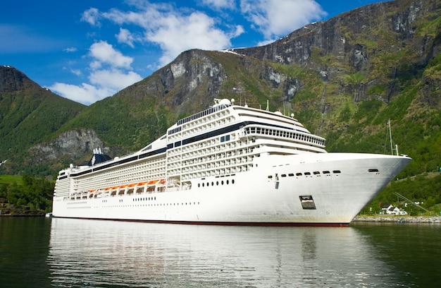 Kreuzschiff in norwegen fjiord Premium Fotos