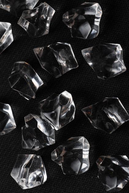 Kristalle in der schwarzen tabelle Premium Fotos