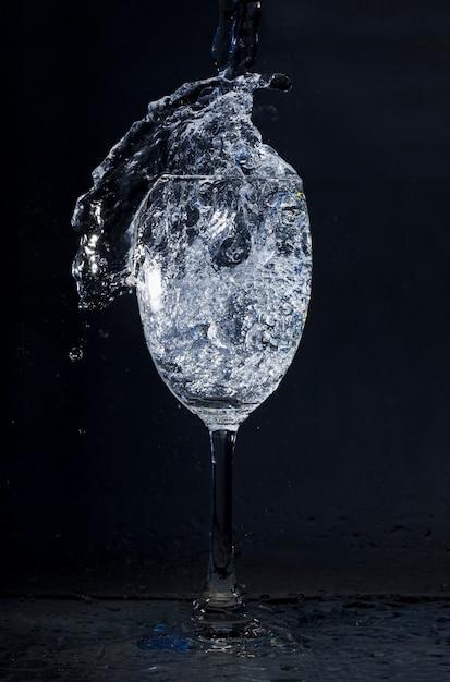 Kristallglas mit wasser in bewegung Kostenlose Fotos