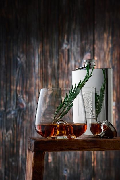 Kristallglas und flasche mit whisky Premium Fotos