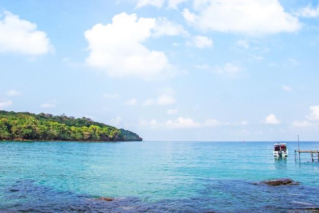 Kristallklares wasser des meerblicks vom haad sai daeng beach und holzbrücke für transfertouristen Premium Fotos