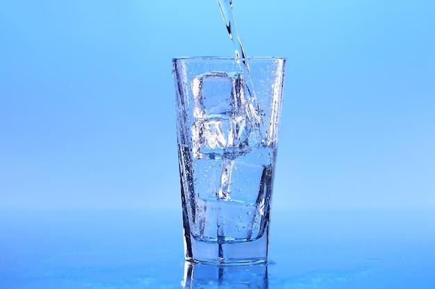Kristallklares wasser mit eis Kostenlose Fotos