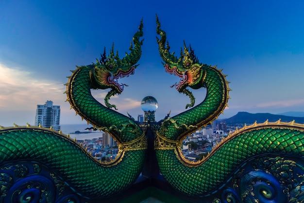 Kristallschlange. ball die großartige architektur des tempels in sri racha repräsentiert die größe des buddhismus. neues unsichtbares thailand des tempels in sri racha. Premium Fotos