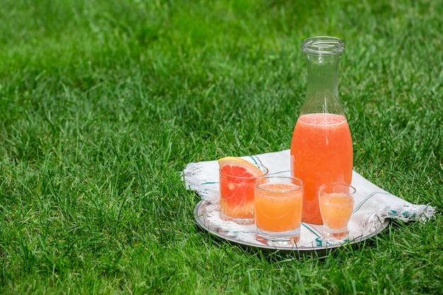 Krug mit frischen zitrusfrüchten Premium Fotos