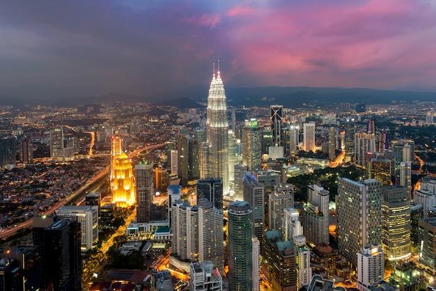 Kuala lumpur skyline in der nacht, malaysia, kuala lumpur ist die hauptstadt von malaysia Premium Fotos