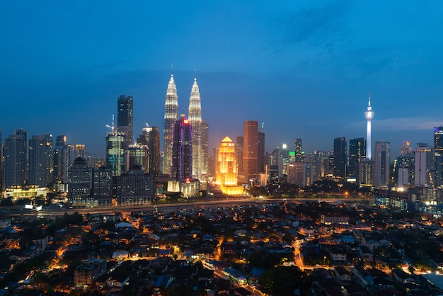 Kuala lumpur skyline und wolkenkratzer mit autobahn straße Premium Fotos
