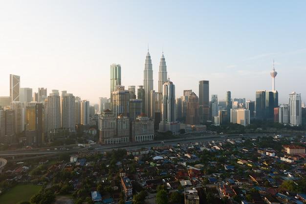 Kuala lumpur-stadtskyline und wolkenkratzer, die in kuala lumpur, malaysia errichten. asien. Premium Fotos