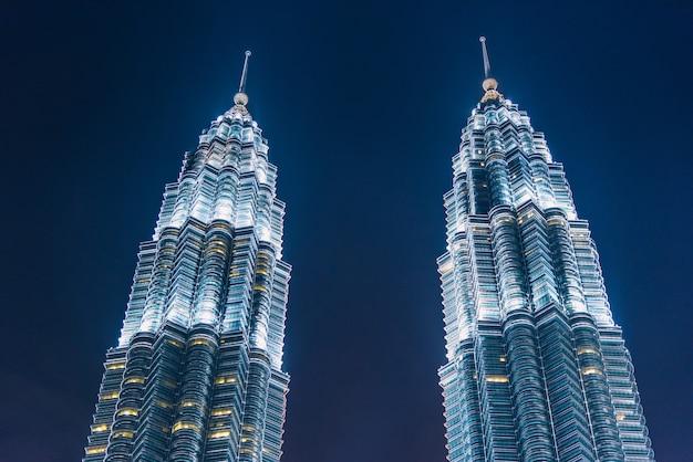 Kuala lumpur wolkenkratzer in der dämmerung in malaysia Premium Fotos