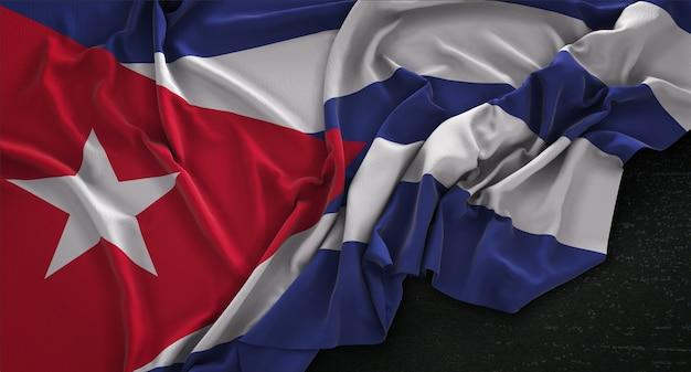 Kuba-flagge geknickt auf dunklem hintergrund 3d render Kostenlose Fotos