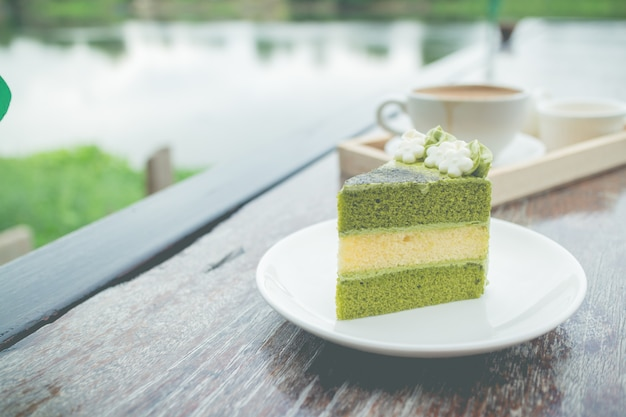 Kuchen des grünen tees mit kaffeefrühstück stellte in restaurant im freien ein Premium Fotos