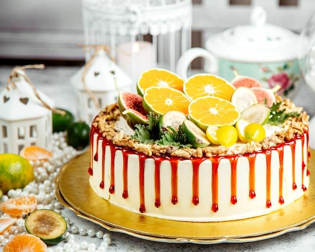 Kuchen garniert mit karamellsirup und geschnittenen früchten Kostenlose Fotos