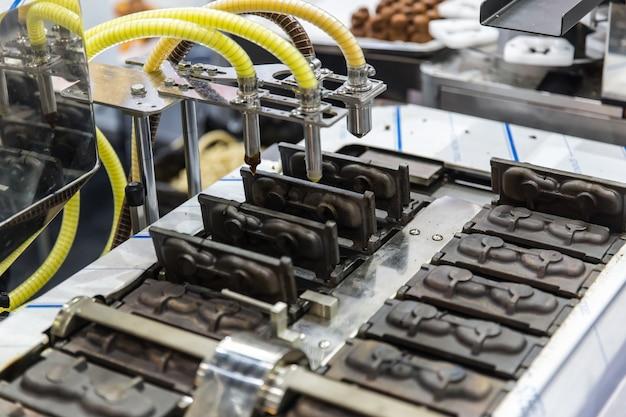 Kuchen heiße formbackmaschine. nahrungsmittelmassenproduktionsmaschinerie in der nahrungsmittelfabrik Premium Fotos