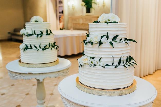 Kuchen in einem restaurant auf dem tisch Premium Fotos