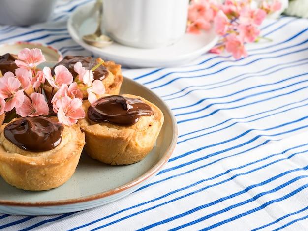 Kuchen mit frangipane, kirschmarmelade und schokolade Premium Fotos
