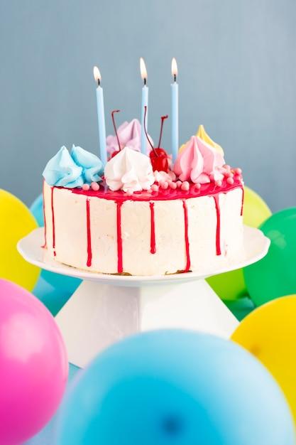 Kuchen mit kerzen und luftballons Kostenlose Fotos