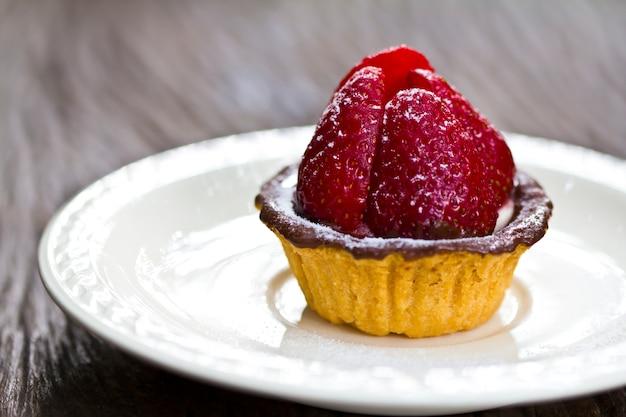 Kuchen mit schokolade und eine erdbeere Kostenlose Fotos