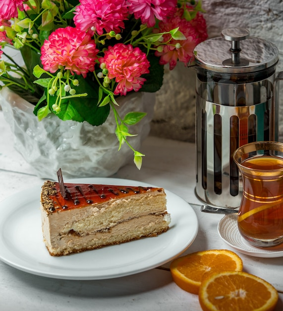 Kuchen mit tee auf dem tisch Kostenlose Fotos