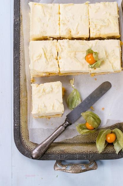 Kuchen mit tropischen früchten Premium Fotos
